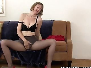 Yankee Cougar Dee Williams Thumbs Her Greedy Vagina